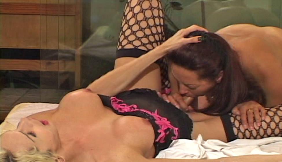 Aline Ribeiro e a bocena Letica Venturine se divertem com pinto de vidro