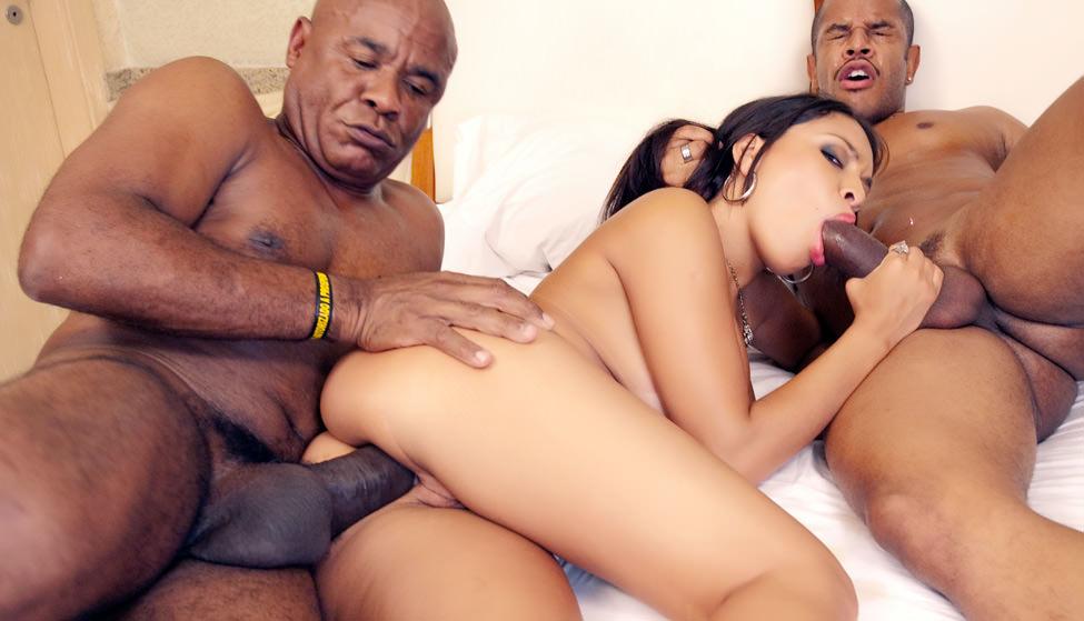 Amanda Benites faz dp com Kid Bengala e outro marmanjo, cheia de tesão