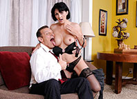 Branquinha e de cabelos pretos,safada dá pra homem de negócios até os dois gozarem bem gostoso!