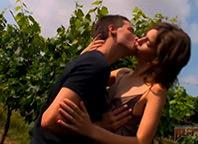 Ninfeta libera bucetinha para o namorado no meio do mato