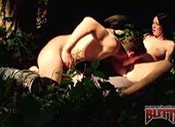 Morena libera o rabinho para marmanjo no meio da mata.