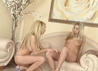 Duas loiras lolitas se pegam gostoso no sofá da sala e usam até consolo!
